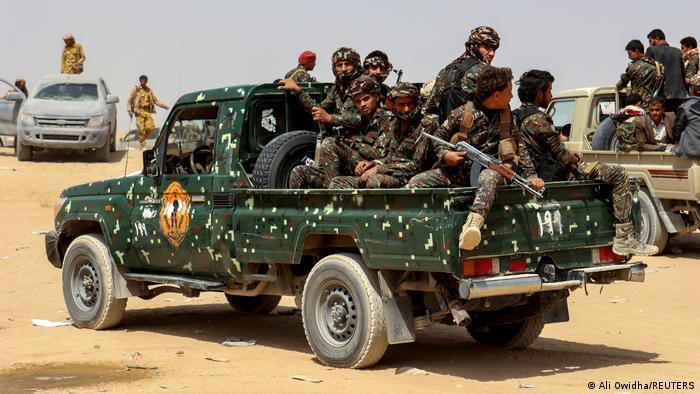 Jemen Marib   Soldaten auf Truck