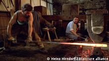 Der Schweizer Kunstschmied Christoph Friedrich bei der Arbeit an einem Wegweiser im Technischen Museum Tobiashammer Ohrdruf. Unter dem Motto Europa ohne Grenzen haben sich aus Anlaß des zehnjährigen Bestehens der Einrichtung Metallgestalter aus Deutschland, Japan und der Schweiz in der thüringischen Stadt eingefunden, um dort noch bis zum 27.05.1993 am achten Symposium der Kunstschmiede teilzunehmen. Die geschaffenen Werke sollen anschließend im Museum für angewandte Kunst in Gera zu besichtigen sein. Foto: Heinz Hirndorf +++(c) dpa - Report+++