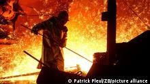 Eisenhüttenstadt (Brandenburg): Am Hochofen 1 der EKO Stahl GmbH im brandenburgischen Eisenhüttenstadt überwacht am Mittwoch (06.10.2004) ein Mitarbeiter den Abstich des flüssigen Eisens. Die EKO Stahl GmbH ist im Arcelor-Konzern für die Ostmärkte zuständig. Als Schwerpunkt-Lieferant für Flachstahl Richtung Osten werden vor allem Automobilwerke in Polen, Tschechien und Ungarn beliefert. Im Jahr 2003 produzierte das EKO etwa 2,4 Millionen Tonnen Rohstahl und erwirtschaftete einen Umsatz von 980 Millionen Euro. Das Unternehmen beschäftigt 3.200 Mitarbeiter, von denen 187 Lehrlinge sind.