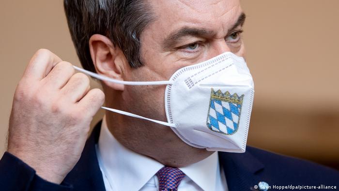 Глава правительства Баварии Маркус Зёдер в защитной маске