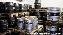 Bierfässer der Düsseldorfer Hausbrauerei Füchschen sind in einem Kühlhaus gelagert. Wegen des anhaltenden Lockdowns muss die Brauerei eventuell große Mengen Bier wegkippen, da das Mindesthaltbarkeitsdatum abläuft. (zu dpa Die bittere Stunde der Brauer: Bier in den Gully schütten) +++ dpa-Bildfunk +++