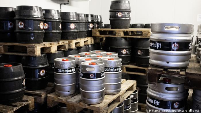 Бочки с пивом в подвале пивоварни
