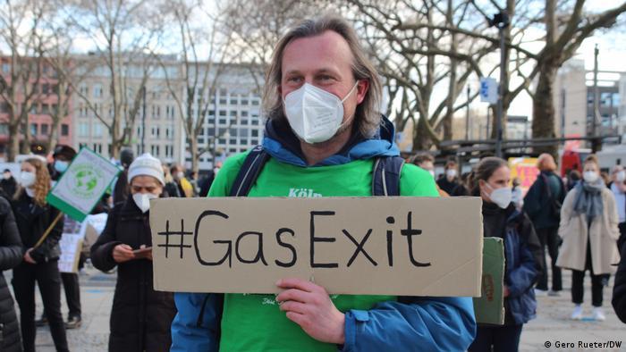 Fridays for Future Demonstration in Köln. Ein Mann hält ein Plakat mit der Aufschrift: #Gas Exit