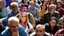 Besna Tosun (Die Tochter von Fehmi Tosun, der 1995 festgenommen wurde und danach verschwand. Sie demonstriert regelmäßig mit den Samstagsmüttern. Die Samstagsmütter wollen auf das Schicksal Angehöriger aufmerksam machen, die in den 80er und 90er Jahren vor allem in den kurdischen Gebieten im Südosten des Landes festgenommen wurden und seither verschwunden sind. Damals begann im Südosten des Landes auch der bewaffnete Kampf der PKK gegen die türkische Regierung. Aktivisten werfen der Regierung vor, den Verbleib der Verschwundenen nie untersucht zu haben.) Copyright: privat