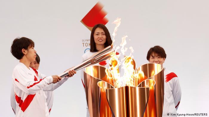 Prosesi penyalaan obor Olimpiade Tokyo 2020 oleh timnas sepak bola putri Jepang di Fukushima, Kamis (25/03)