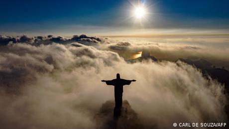 U svojih 90 godina statua Krista Spasitelja iznad Rio de Janeira je doživjela puno zanimljivih izlazaka sunca. Ali u njezinom podnožju ljudi ne vide ni tračak na kraju tunela, a kamo li izlazak sunca. U gradu, ali i u cijeloj zemlji hara pandemija koronavirusa. Ovoga tjedna je u samo jednom danu umrlo 3000 ljudi.