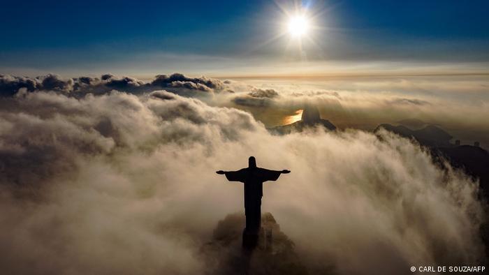 Izlazak sunca i statua Hrista Spasitelja u Rio De Žaneiru. U oktobru 2021. Spasitelj će proslaviti 90. godišnjicu. Takođe će biti restauriran, kako bi dobio novi sjaj i nastavio da privlači vernike i turiste.
