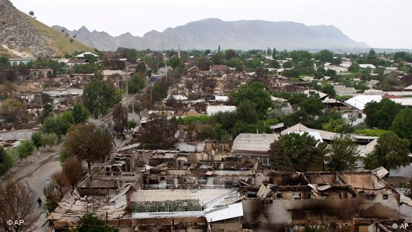 Пострадавшие в результате столкновений узбекские кварталы в Оше, июнь 2010 года
