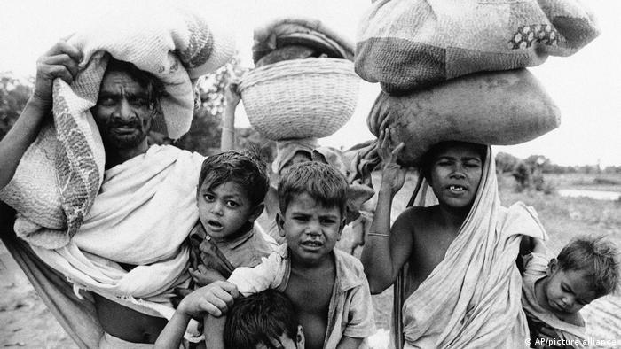 ১৯ 1971১ সালে, বাংলাদেশের অর্থনীতি ছিল ক্ষুব্ধ, রক্তাক্ত মুক্তিযুদ্ধের ফলাফল।  জনসংখ্যার ৮০% এরও বেশি লোক চরম দারিদ্র্যের মধ্যে জীবন যাচ্ছিল।