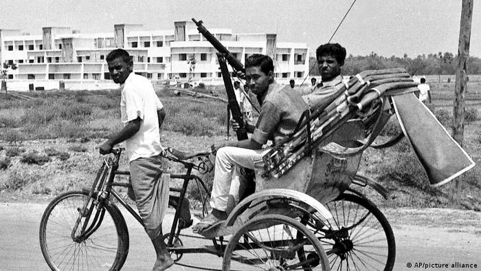 BG 50 Jahre Unabhängigkeit Bangladesch - FILE - In this April 2, 1971, file photo, armed East Pakistan fighters head for the battle front by pedicab, in Jessore, East Pakistan.