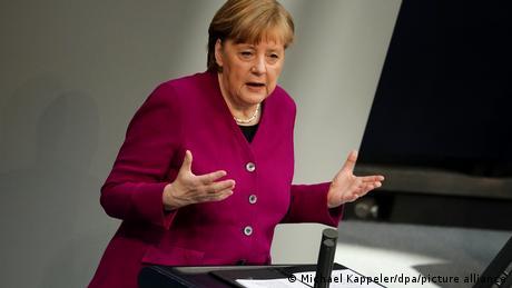 Angela Merkel a défendu jeudi au Parlement la gestion de la Covid-19 en Allemagne
