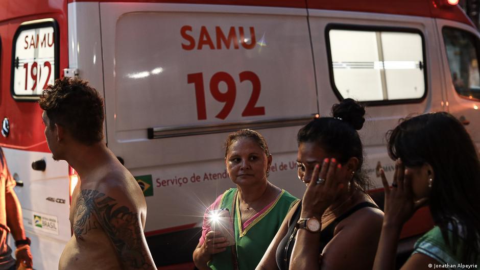 Muitos estão parados perto da ambulância