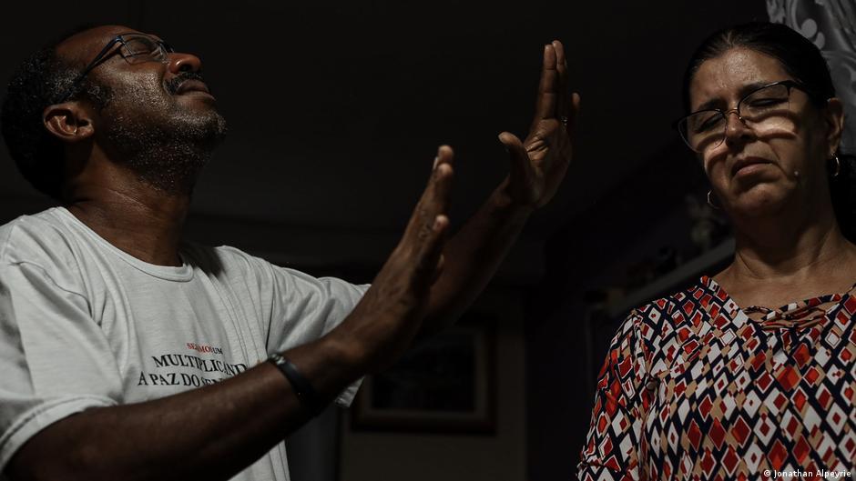 Pastor abençoa mulher na Favela Santa Marta, Rio de Janeiro