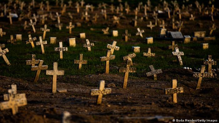 Cruzes em túmulos de mortos por covid-19 em cemitério do Rio de Janeiro