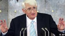 German philosopher Juergen Habermas gestures as he delivers his speech after he was awarded with the renowned Peace Prize of the German Booktraders' Association in Frankfurt, Germany, Sunday, Oct. 14, 2001. (AP Photo/Frank Rumpenhorst) (Photo für Kalenderblatt)