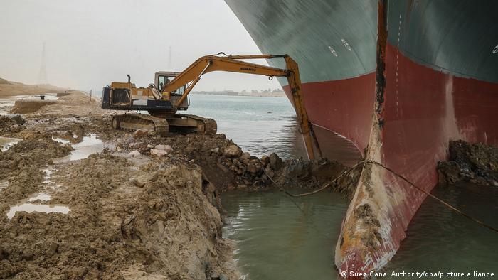 Работы у контейнеровоза в Суэцком канале