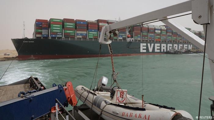 Ägypten Containerschiff SuezkanEl operador del buque, Evergreen Marine Corp, con sede en Taiwán, dijo que el barco -que navegaba desde el puerto chino de Yantián a Róterdam, en Holanda.al Evergreen