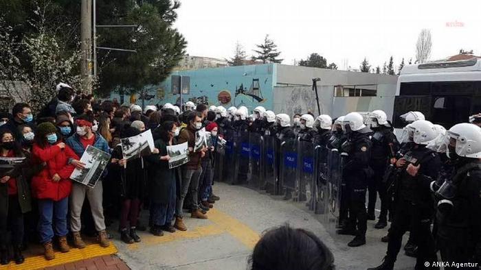 الطلاب يحتجون أمام جامعة البوسفور في اسطنبول ضد تعيين موال لأردوغان عميداً للجامعة