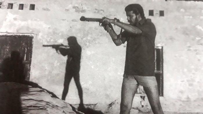সাতক্ষীরার দেবহাটায় যুদ্ধের সময় বন্দুক তাক করে আছেন মুক্তিযোদ্ধা মোসলেহ উদ্দিন