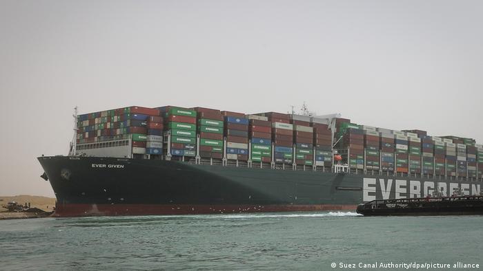 O navio Ever Given, após encalhar no Canal de Suez, permanece ancorado em uma parte mais larga da via marítima
