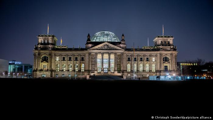 A picture of the Bundestag shot at night time.