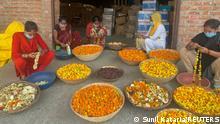 Indien Blumen recycelt, die Hindu-Anbeter in den Ganges werfen