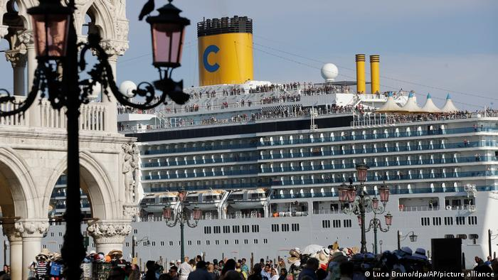 Italien Venedig Kreuzfahrtschiff in der Lagunenstadt