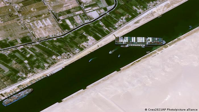El portacontenedores Ever Given bloquea el canal de Suez. (25.03.2021).