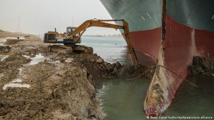 Continúan las tareas para desencallar al portacontenedores de 220.000 toneladas Ever Given en el canal de Suez.