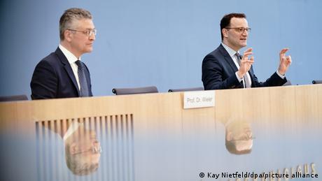 Lothar Wieler (stânga) şi ministrul federal al Sănăţii, Jens Spahn