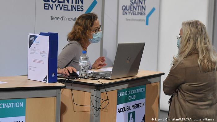 Frankreich Corona-Pandemie | Impfzentrum Saint-Quentin-en-Yvelines