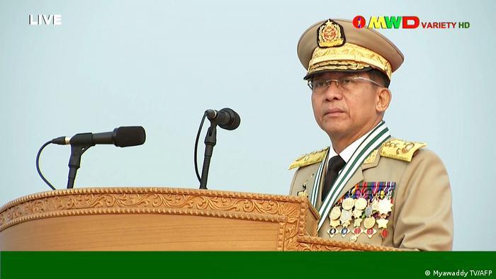 Pemimpin junta, Jendral Min Aung Hlaing, memimpin parade militer di Naypyidaw, di tengah pembantaian terhadap demonstran antikudeta, Sabtu, 27/3.