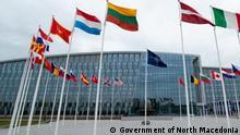 Belgien Brüssel | Mazedonische Flagge vor dem NATO-Sitz