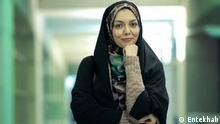 Die iranische Fersehmoderatorin Azadeh Namdari wurde am 27.03.2021 in ihrer Wohnung tot aufgefunden. Sie wurde vor einiger Zeit von ihrem Mann mishandelt und im Ausland die islamische Kleiderordmug nicht beachtet und alkohol getrunken. Quelle: Entekhab, undatiert