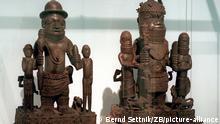 Zwei Figurengruppen 'König mit Gefolge' aus dem Königreich Benin