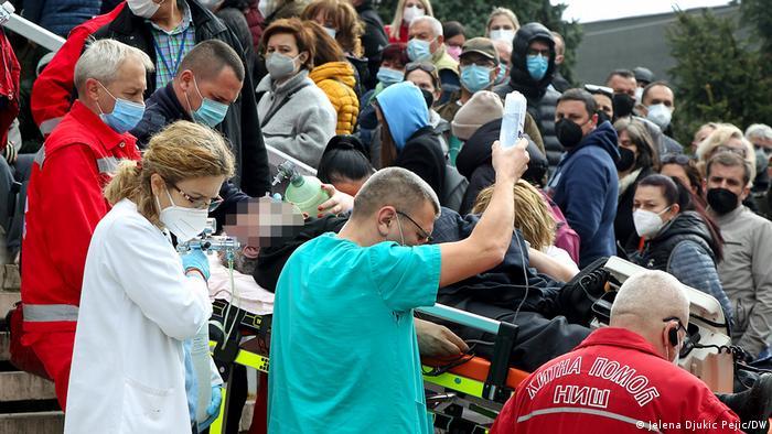 Serbien Nis   Bürger aus Westbalkanregion warten auf Impfung