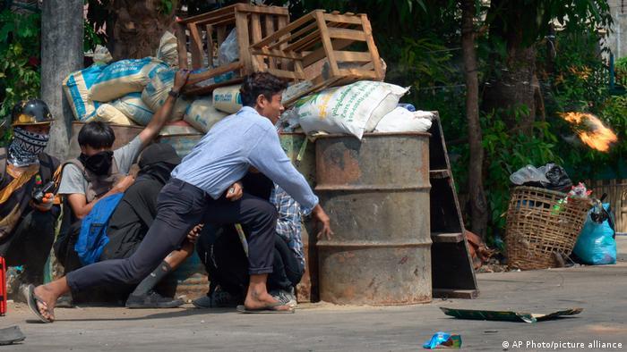 仅上周六(3月27日)一天,缅甸全国各地至少有114人被官方安全部队杀害,其中包括数名。