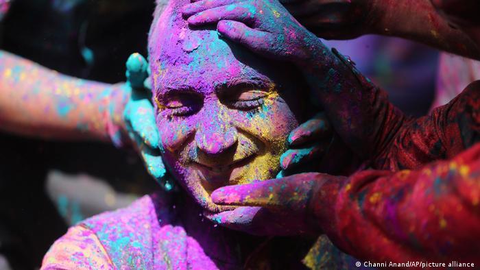 در ماتورا، شهری در شمال هند که به عنوان زادگاه افسانه ای خداوندگار کریشنا مشهور است، هولی ۱۶ روز جشن گرفته می شود. مشخصه اش هم آغاز این جشنواره با نذورات مذهبی به خدایان هندو است. هندوها این جشنواره را با خواندن ترانه هایی درباره خداوندگار کریشنا و معشوقش رادا جشن می گیرند.