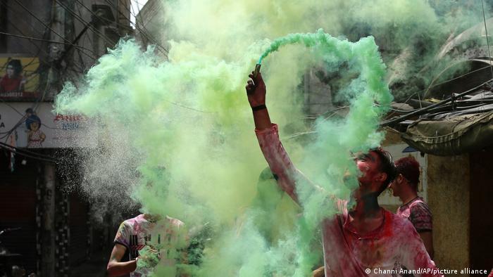 در برخی از شهرهای هندوستان مردم هولی را برای چندین روز جشن می گیرند. مقام های صحی هشدار داده اند که اگر مردم فاصله اجتماعی و توصیه های صحی را رعایت نکنند، دست آوردهای سال گذشته هند در مبارزه با پاندمی از دست خواهند رفت.
