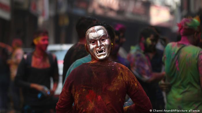 این جشنواره هندوئیسم آمدن فاتحانه بهار بر زمستان را پیروزی خوبی بر شر می خواند. مردم به یکدیگر رنگ می پاشند و اطراف آتش جمع می شوند تا در آستانه جشنواره شاهد سوختن دیو هولیکا باشند.