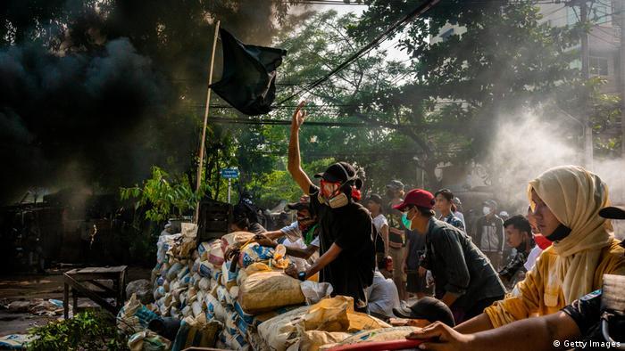 Demonstran antikudeta di Yangon, Myanmar, 28/3