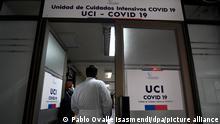 Ein Mitarbeiter des Gesundheitswesens geht in die Intensivstation für Covid-19-Patienten des Krankenhauses Carlos-Van-Buren. Die Regierung hat in den meist betroffenen Regionen eine Ausgangssperre verhängt. Das südamerikanische Land hat 246 963Covid-19-Infizierte bestätigt. Mindestens 4 502 sollen an dem Coronavirus gestorben sein. +++ dpa-Bildfunk +++