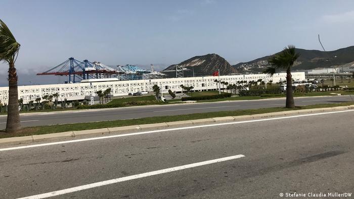 صورة تظهر ميناء طنجة من مسافة بعيدة