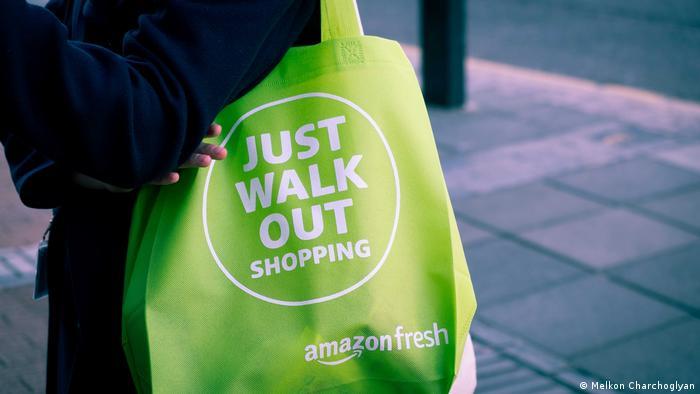 Sólo tienes que salir, dice la bolsa de compras en el supermercado de Amazon.