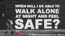 Ein Passant geht an dem neuesten Wandbild der irischen Künstlerin Emmalene Blake im Stadtzentrum vorbei. Die Aufschrift «When will I be able to walk alone at night and feel safe?» («Wann kann ich nachts endlich alleine unterwegs sein und mich dabei sicher fühlen») bezieht sich nach dem Tod von Sarah Everard auf Gewalt gegen Frauen. +++ dpa-Bildfunk +++