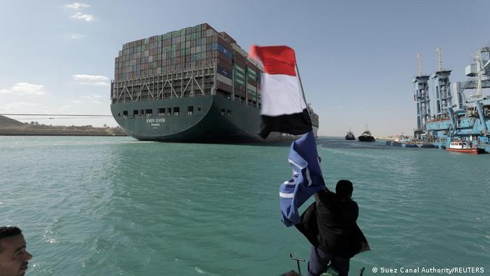 Navio Ever Given após ser desencalhado no Canal de Suez