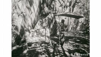 Die Malerin Agnes Schulz beim Kopieren der Kalingi Odin-Grotte in Kimberley, Australien.
