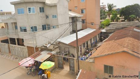 Eng aneinander gebaute Häuser in Cotonou