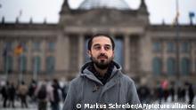 Berlin | Tareq Alaows vor dem Reichstagsgebäude
