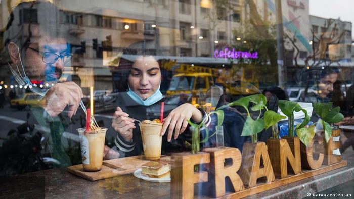 از تاسیس شیرینی فرانسه که یکی از قدیمیترین قنادیهای تهران است، بیش از نیم قرن میگذرد و در این مدت طرفداران زیادی داشته است. علت نامگذاری قنادی، به شیرینی فرانسه به دلیل استخدام یک شیرینیپز فرانسوی بوده است که در سالهای پیش از انقلاب در این قنادی کار میکرده است.